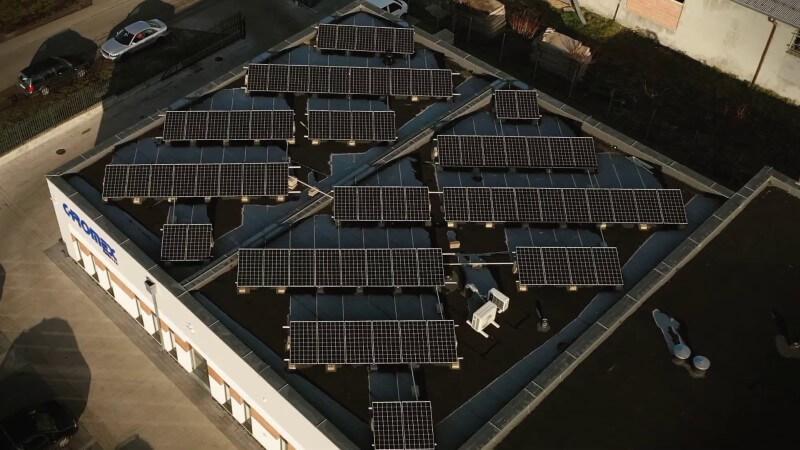 instalacja fotowoltaiczna na płaskim dachu budynku